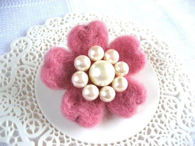 ふんわり桜の羊毛ブローチ・濃桃_470