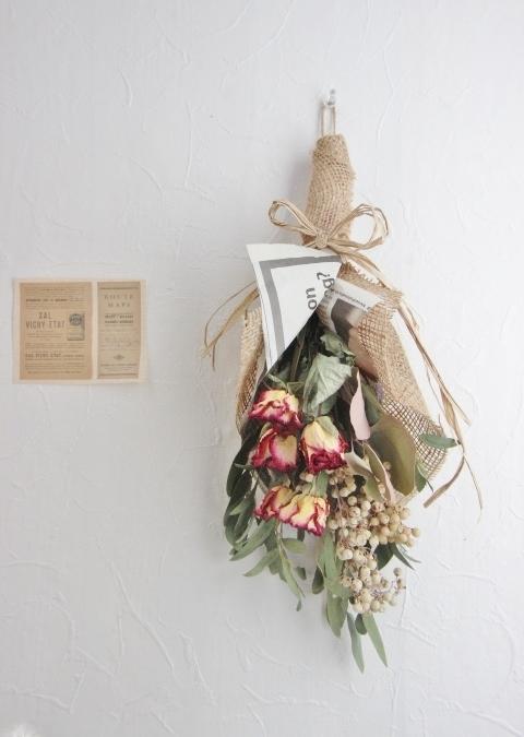 ペッパーベリーとバラのスワッグ