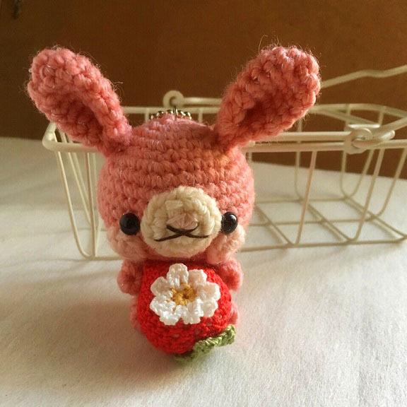 【受注生産】コーラルピンク色・赤イチゴうさぎさん・ボールチェーン