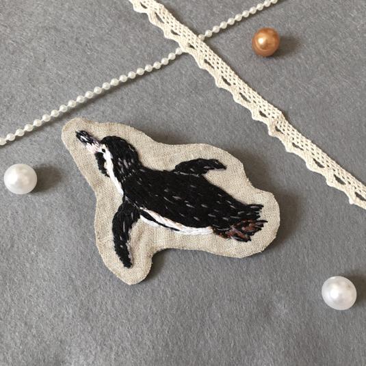 空飛ぶペンギンの刺繍ブローチ