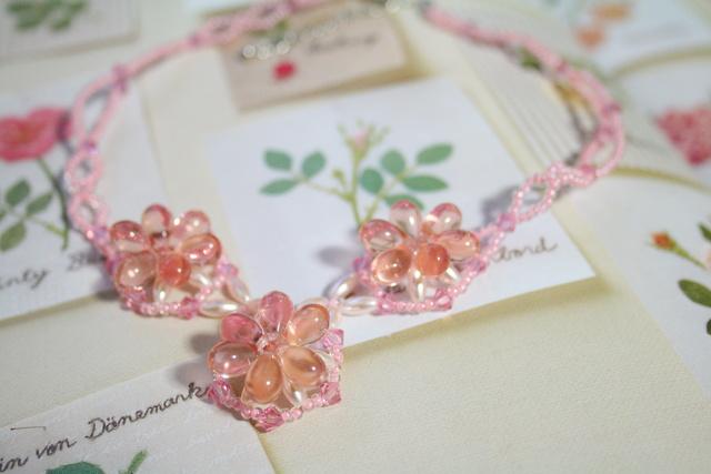 春花のピンクフラワーネックレス