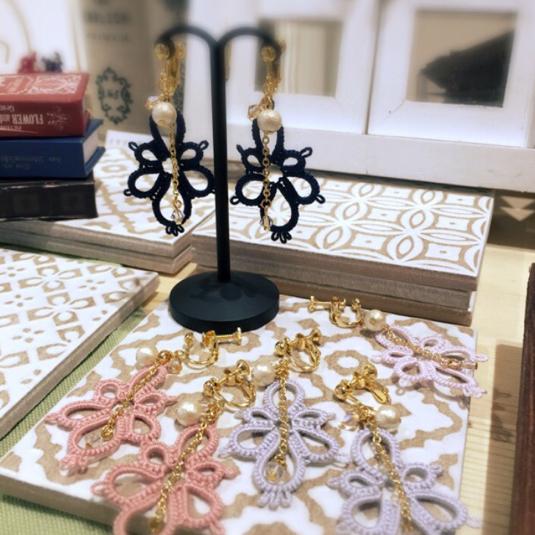 タティングレースのイヤリング・ピアス(花びらひとつ)薄藤色