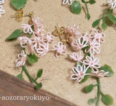タティングレースのイヤリング・ピアス(シロツメ草の花束)コーラルピンク