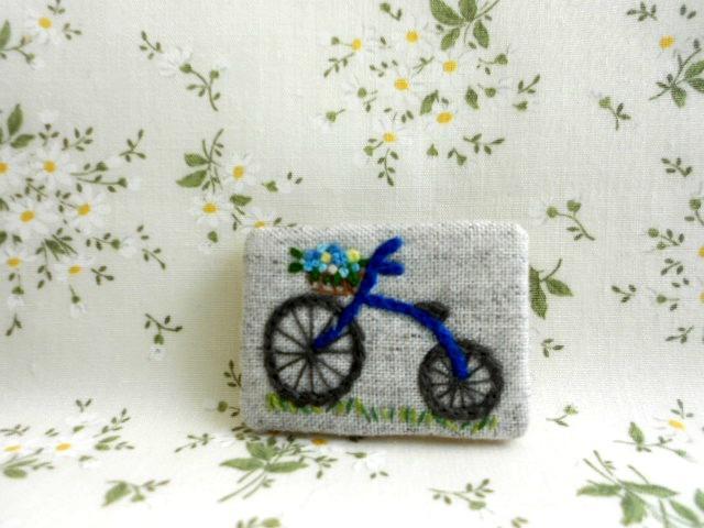 刺繍ブローチ 花かご自転車 青
