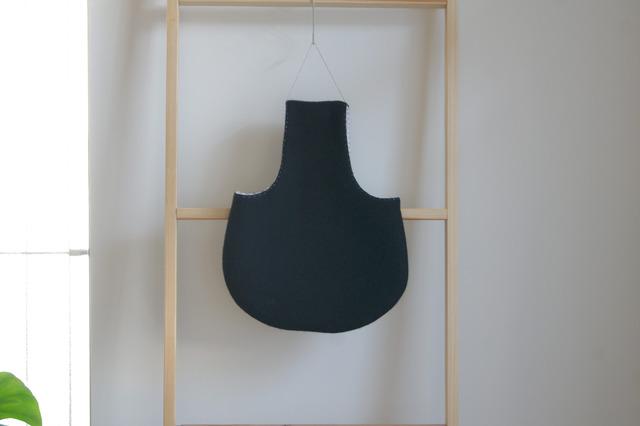 ウールのぺたんこワンハンドルバッグ(黒)