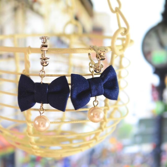 青いリボンとパールのイヤリング