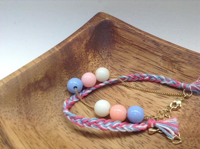 カラフルビーズと三つ編みミサンガのブレスレット