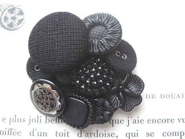 黒いボタンのコラージュブローチ