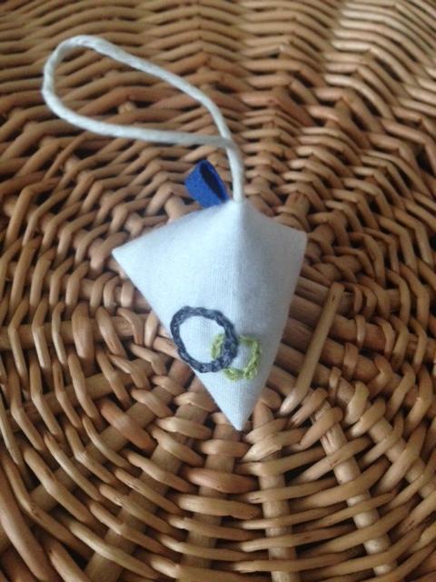 まるい刺繍のテトラサシェ ラベンダー
