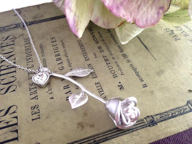 薔薇のネックレス(マットシルバー)スワロハートチャーム付き