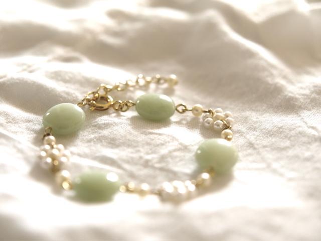 真っ白なお花と淡い緑のブレスレット