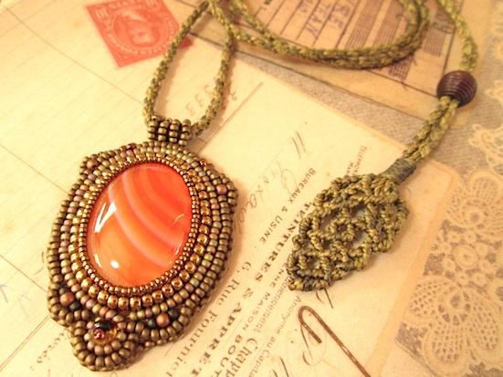 ビーズ刺繍の天然石ペンダント 083