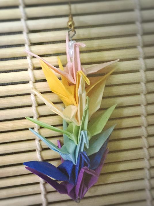 虹色の折り鶴アクセサリー