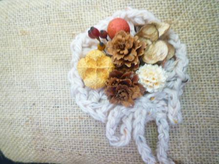 森ガールみたい。毛糸のお花モチーフ木の実アレンジ2wayアクセサリー