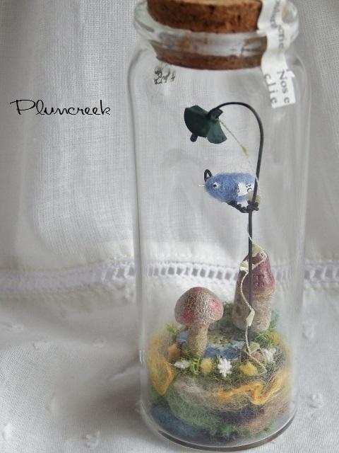 しあわせの青い鳥ボトル-L ・・・ブルーデイジーの花の上で ♪