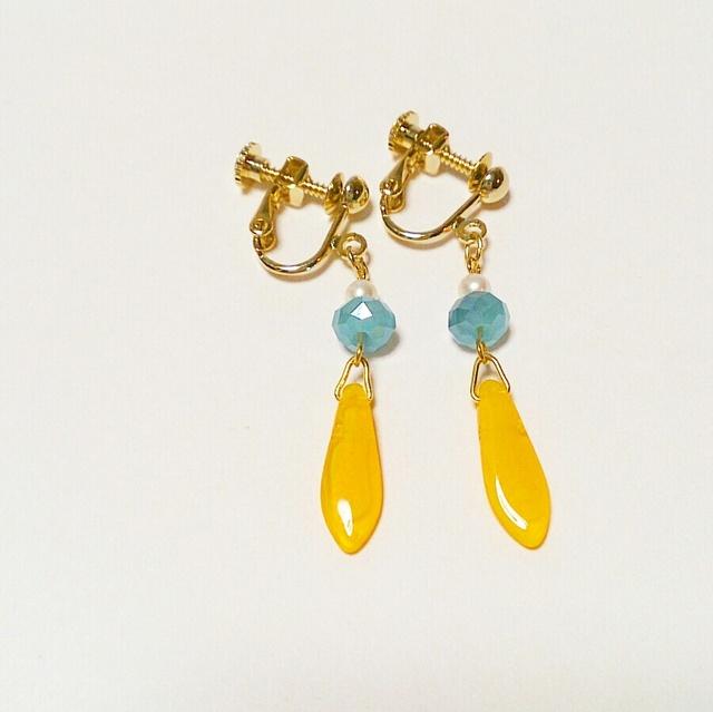 再2販☆青と黄色のガーベラ☆花びらイヤリング/樹脂ピアス