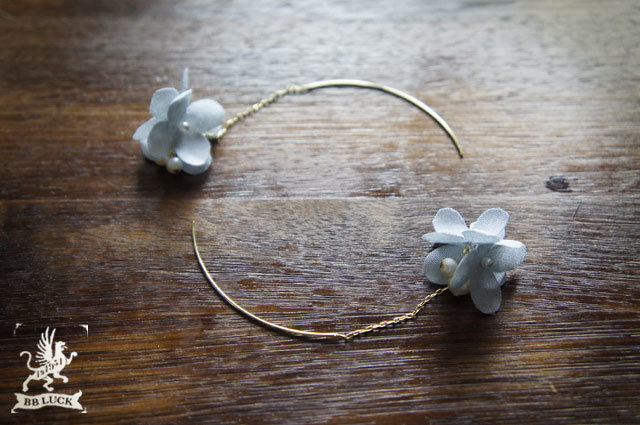 pierce 【 ちいさな紫陽花と淡水パールのピアス * blue gray 】