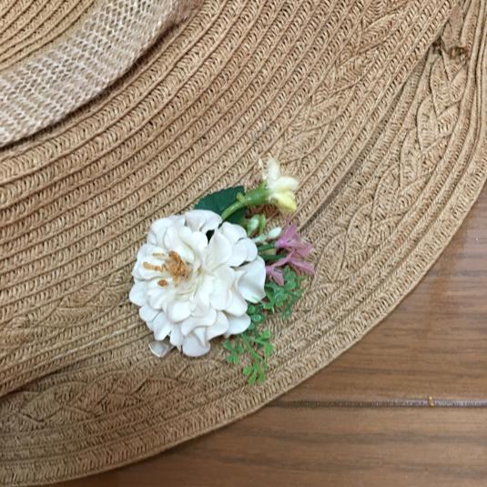 ミニサイズのお花のコサージュ 白
