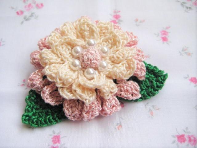 パールビーズをあしらった花のコサージュ