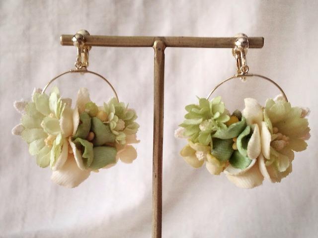染め花の小さなフープイヤリング(ライトグリーン)