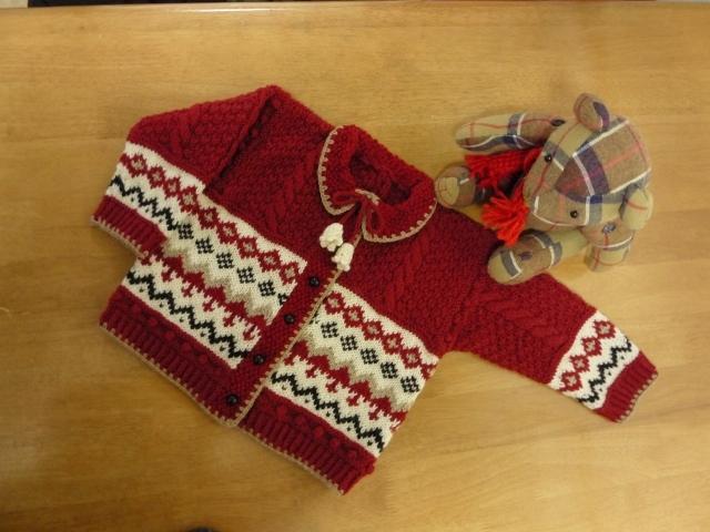 子供用 手編み赤い編込みカーディガン