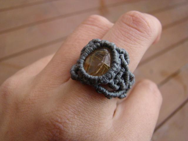 タイチンルチルクォーツのマクラメ編み リング