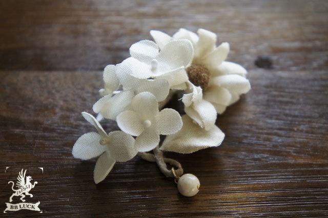 pierce  【 マーガレットとちいさな紫陽花の片耳ピアス * off white 】