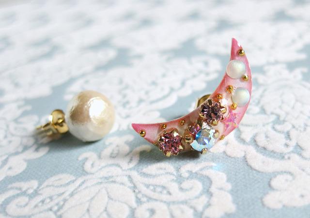 月のアシンメトリーピアス〜ピンク〜