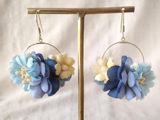 染め花の小さなフープピアス(ブルー)