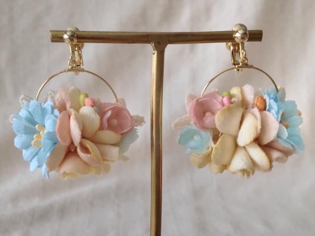 染め花の小さなフープイヤリング(オフホワイト青桃)