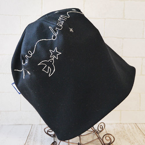 英語を刺繍したカシミヤ入りニット生地で作ったニット帽(バード)