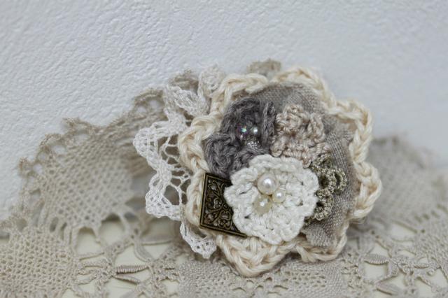 編み花のアレンジブローチ・ホワイト