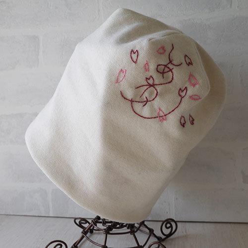 しあわせを刺繍したウールニット生地でのニット帽