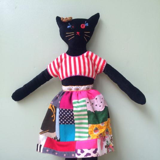 スカートを履いた黒ネコ