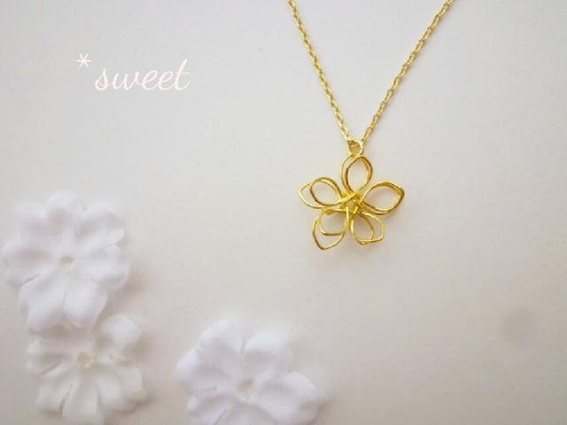 春のおでかけに♪ワイヤーコイルフラワーのネックレス/ゴールド