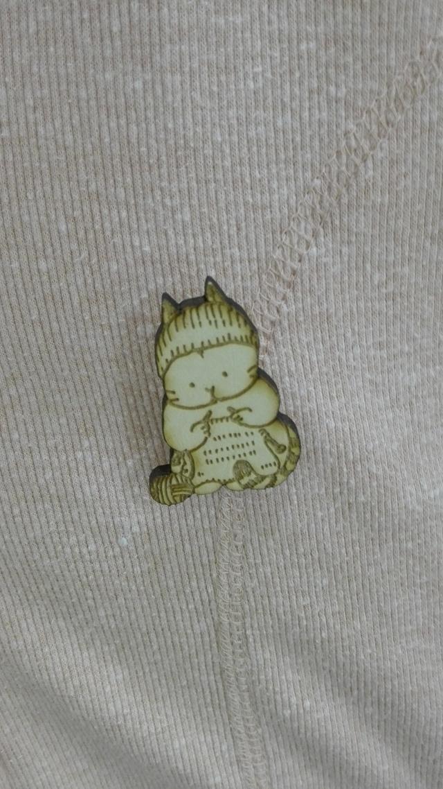 編み物をするねこ【ブローチ】