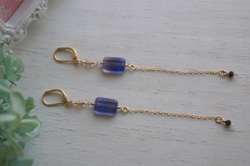 紫色のロングピアス