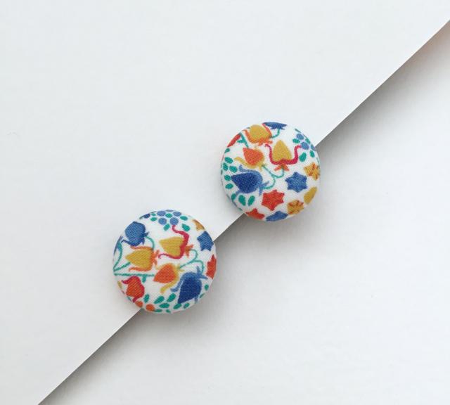 ボタンのイヤリング(花畑)