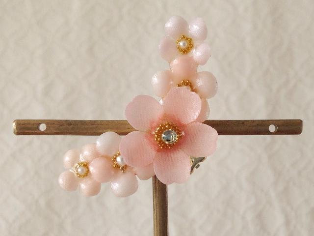 染め花を樹脂加工した桜と小花の三日月型片耳イヤーカフ(ピンク)