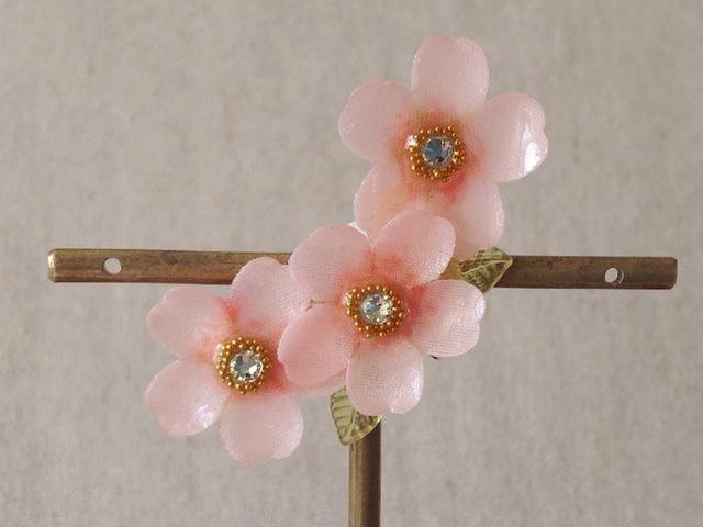 染め花を樹脂加工した桜の三日月型片耳イヤーカフ(ピンク)