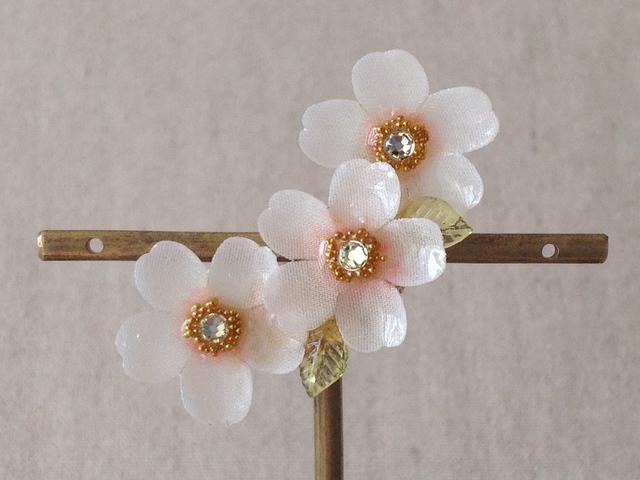 染め花を樹脂加工した桜の三日月型片耳...