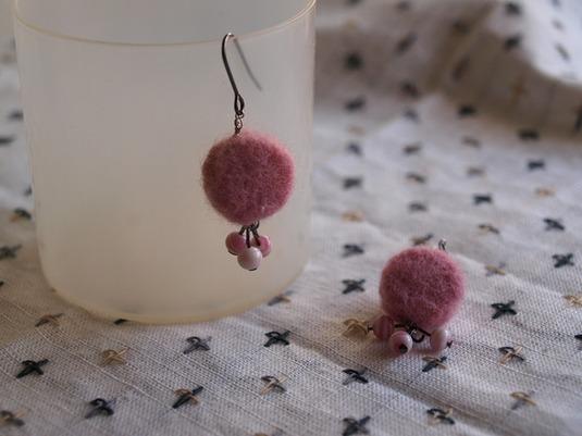 羊毛フェルトのピアス(まるピンク)