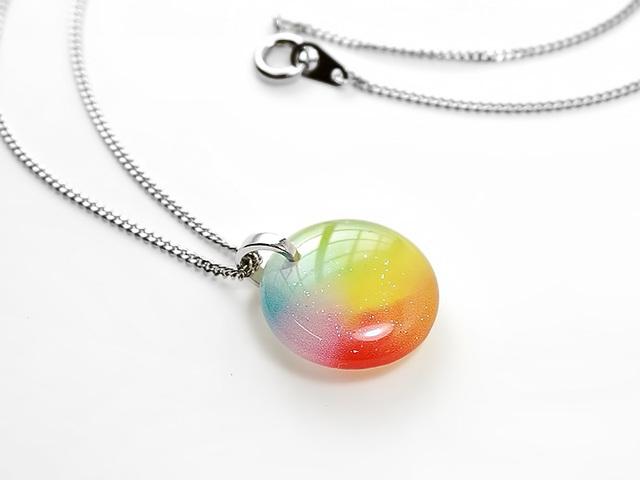 ★ほのかに灯る小粒な虹色ネックレス