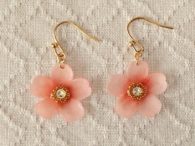 染め花を樹脂加工した桜のぶら下がりピアス(ピンク)