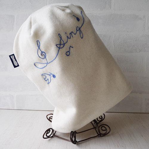 英文字ラインの刺繍入りウールニット生地のニット帽(バード白)