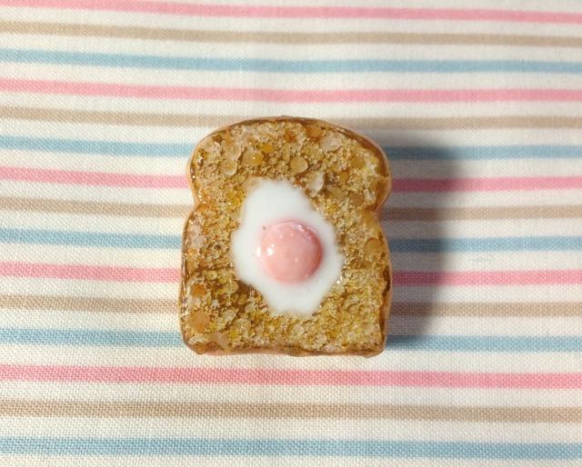 目玉焼きトーストのブローチ