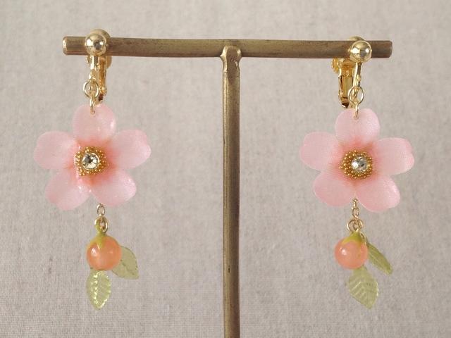 染め花を樹脂加工した桜のぶら下がりイヤリング(蕾&葉付、ピンク)