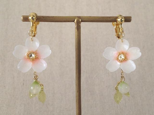 染め花を樹脂加工した桜のぶら下がりイヤリング(蕾&葉付、ホワイト&ピンク)