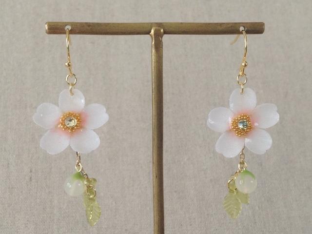 染め花を樹脂加工した桜のぶら下がりピアス(蕾&葉付、ホワイト&ピンク)