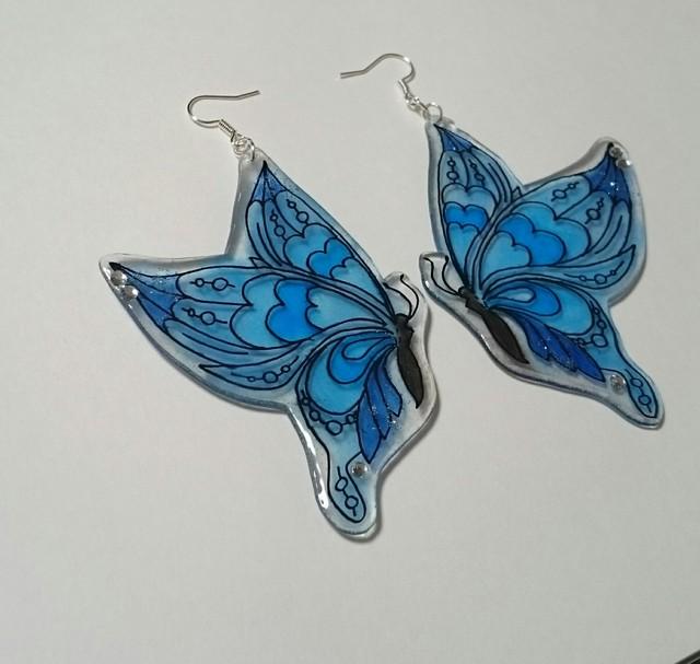 きらめく青い蝶のピアス